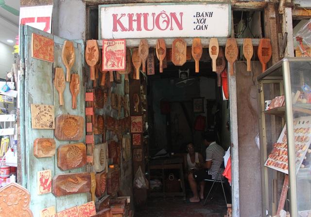 Phong cách bán hàng lạ kỳ của người thợ Hà thành đúc khuôn bánh trung thu - 1