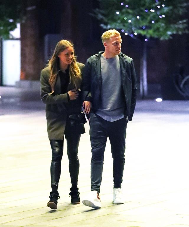 Van de Beek lộ ảnh hẹn hò tình tứ với bạn gái xinh đẹp - 1