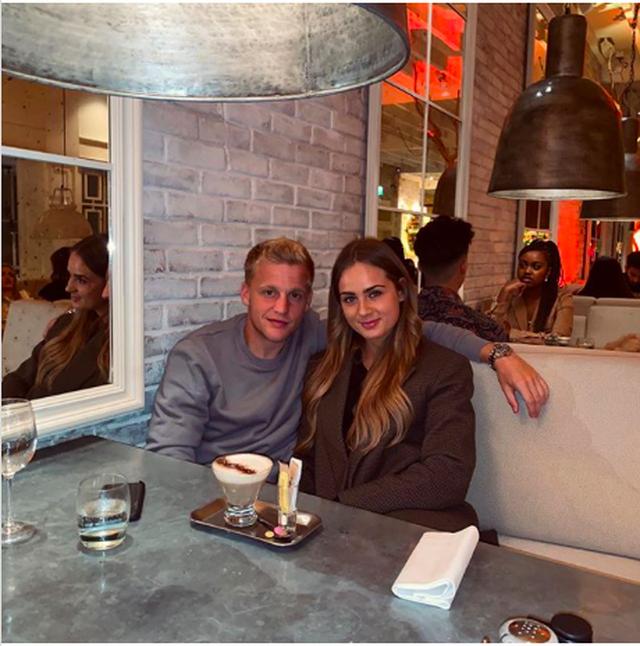 Van de Beek lộ ảnh hẹn hò tình tứ với bạn gái xinh đẹp - 2