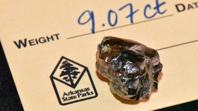 Vô tình nhặt được viên kim cương 9 carat khi dạo chơi ở công viên - 2