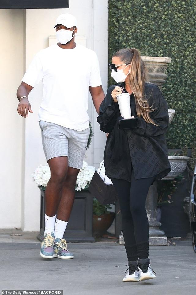 Khloe Kardashian tái xuất bên bạn trai trẻ bội bạc - 1