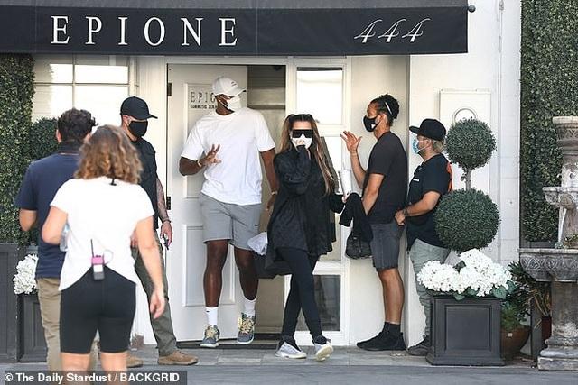 Khloe Kardashian tái xuất bên bạn trai trẻ bội bạc - 2