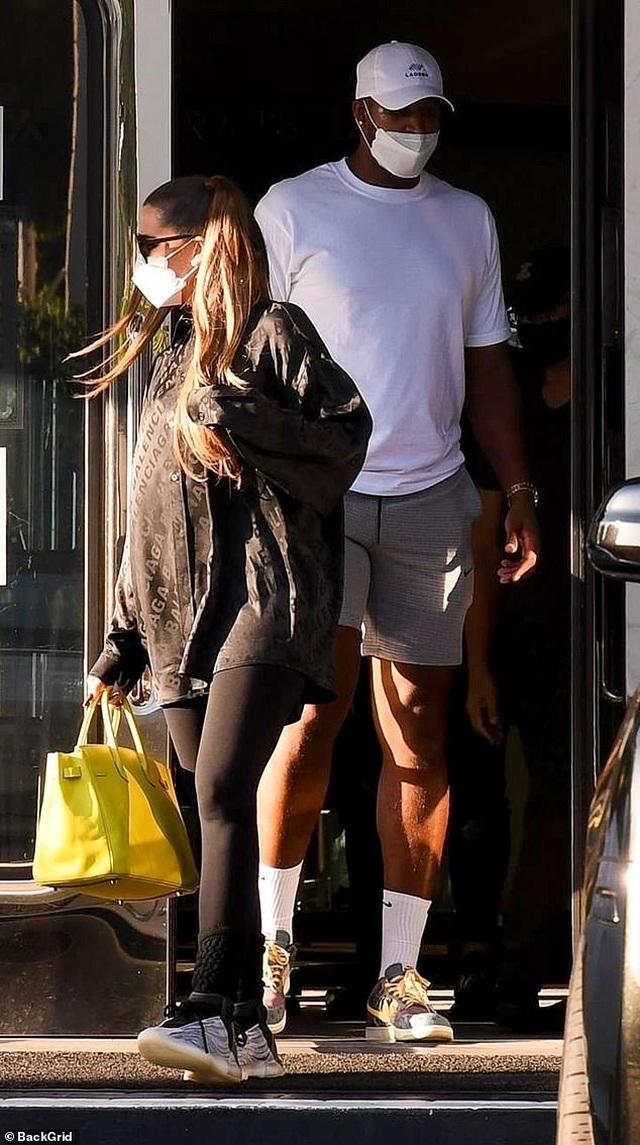 Khloe Kardashian tái xuất bên bạn trai trẻ bội bạc - 3