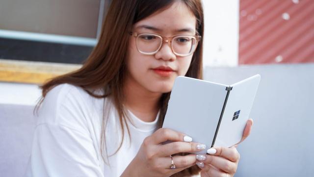 Smartphone hai màn hình của Microsoft về Việt Nam, giá từ 42 triệu đồng - 1