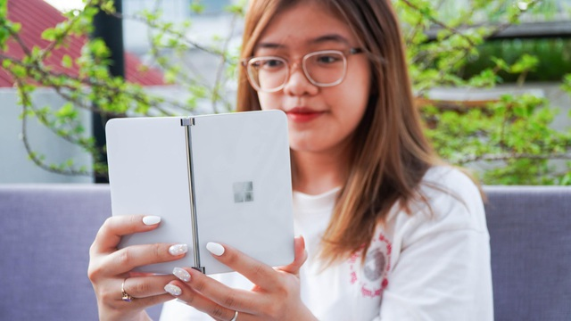 Smartphone hai màn hình của Microsoft về Việt Nam, giá từ 42 triệu đồng - 9