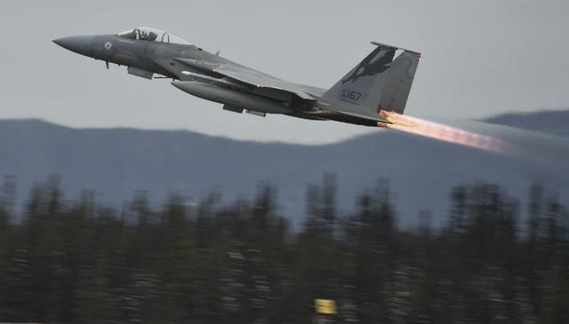 Chiến đấu cơ F-15 của Mỹ gặp sự cố, phải phóng tên lửa xuống biển - 1