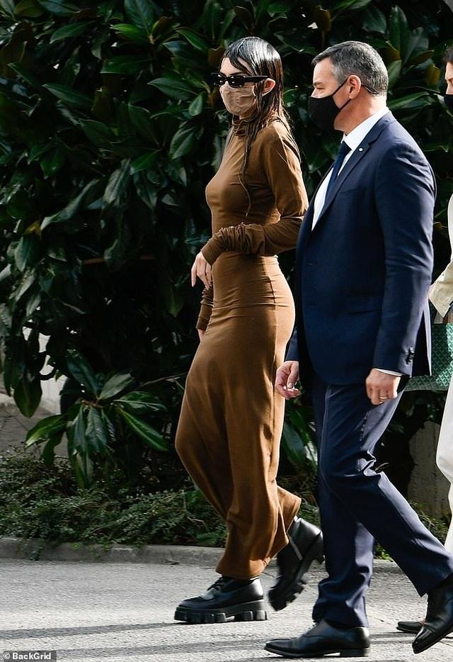 Kendall Jenner mặc đồ già nua và kỳ dị trên phố - 4
