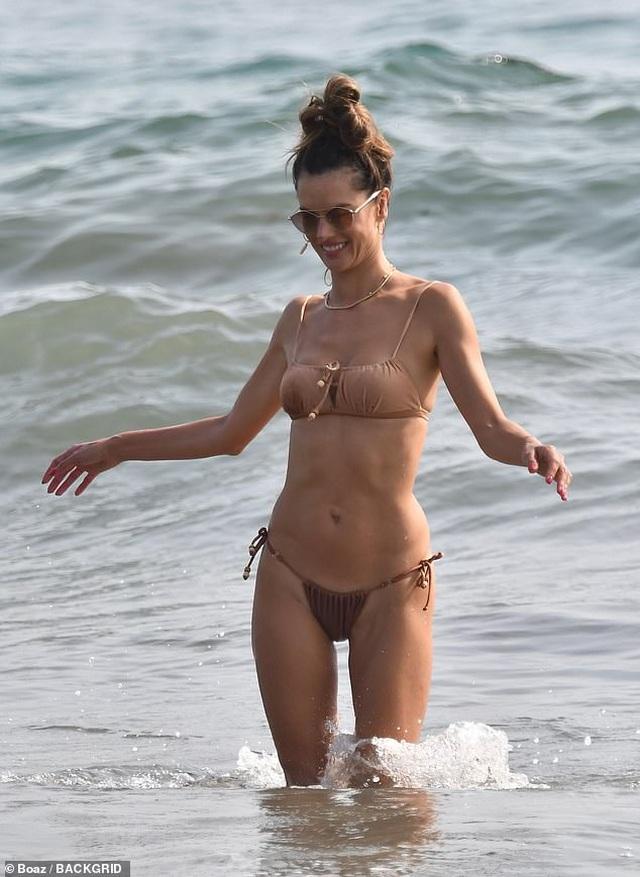Thiên thần Alessandra Ambrosio gợi cảm với áo tắm - 5