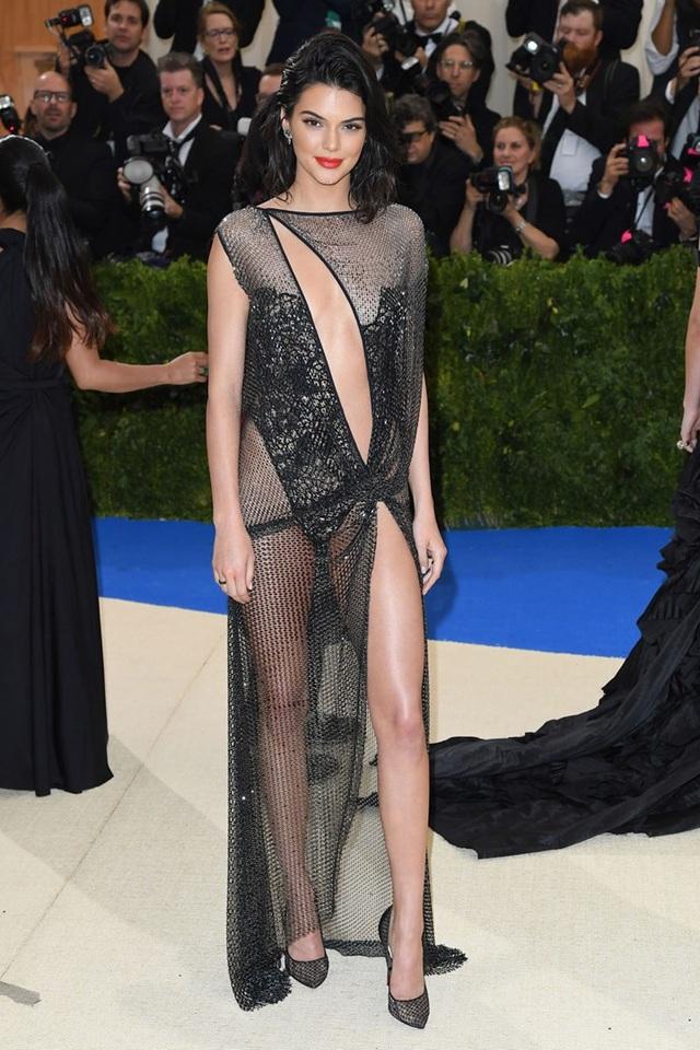 Kendall Jenner mặc đồ già nua và kỳ dị trên phố - 5