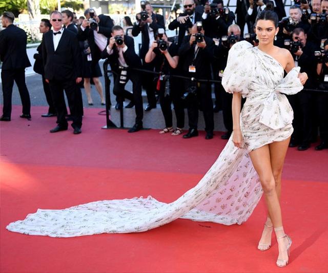 Kendall Jenner mặc đồ già nua và kỳ dị trên phố - 6