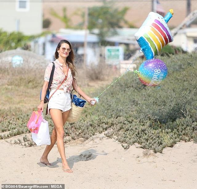 Thiên thần Alessandra Ambrosio gợi cảm với áo tắm - 8