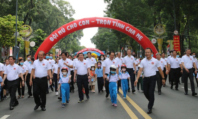 Chủ tịch TPHCM: Phấn đấu đến cuối năm có 80% trẻ em đội mũ bảo hiểm - 3