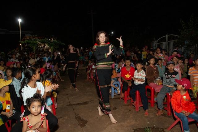 HHen Niê, Khánh Vân... diện trang phục Ê-đê mang Trung Thu về buôn làng - 6