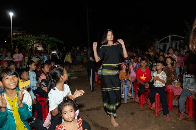 HHen Niê, Khánh Vân... diện trang phục Ê-đê mang Trung Thu về buôn làng - 8