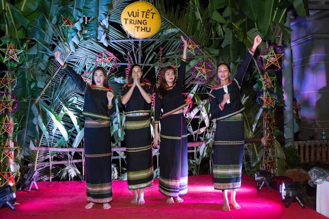 HHen Niê, Khánh Vân... diện trang phục Ê-đê mang Trung Thu về buôn làng - 9
