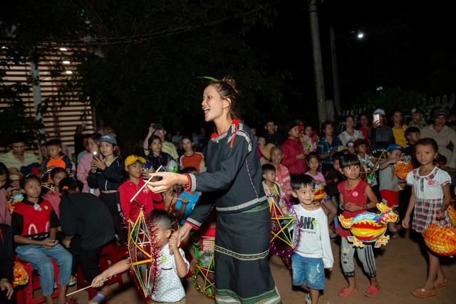 HHen Niê, Khánh Vân... diện trang phục Ê-đê mang Trung Thu về buôn làng - 20