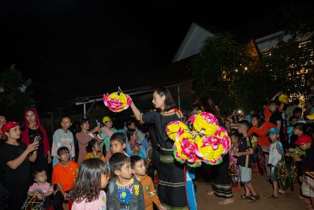 HHen Niê, Khánh Vân... diện trang phục Ê-đê mang Trung Thu về buôn làng - 14