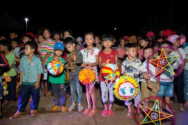 HHen Niê, Khánh Vân... diện trang phục Ê-đê mang Trung Thu về buôn làng - 16