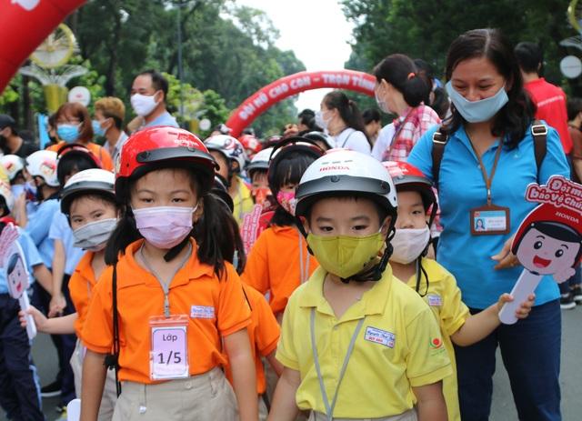 Chủ tịch TPHCM: Phấn đấu đến cuối năm có 80% trẻ em đội mũ bảo hiểm - 2