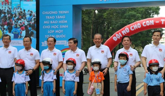 Chủ tịch TPHCM: Phấn đấu đến cuối năm có 80% trẻ em đội mũ bảo hiểm - 1