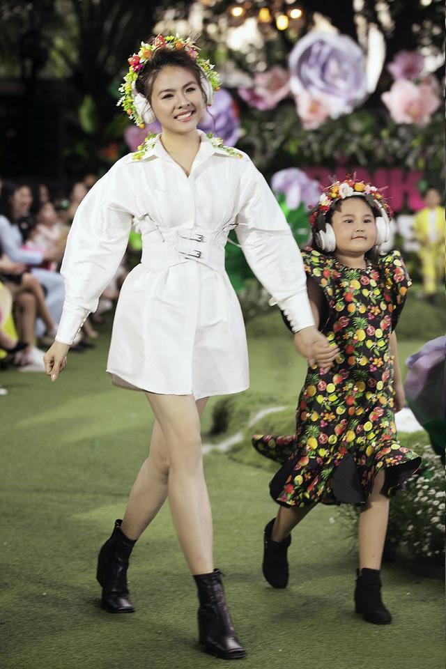 Cẩm Ly và Minh Tuyết gây bất ngờ khi trình diễn thời trang cùng hai con gái - 7