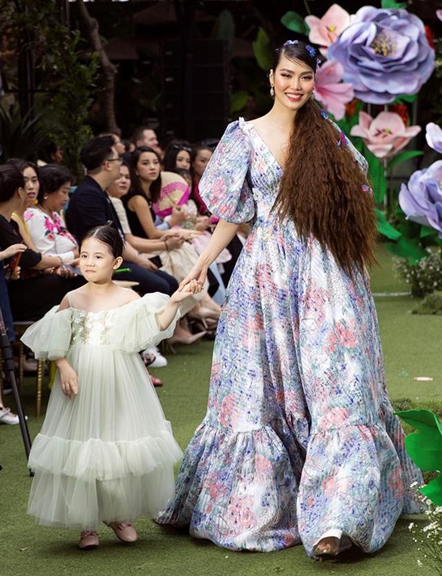 Cẩm Ly và Minh Tuyết gây bất ngờ khi trình diễn thời trang cùng hai con gái - 10