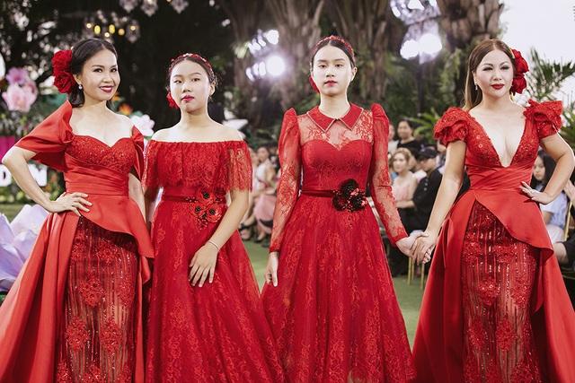 Cẩm Ly và Minh Tuyết gây bất ngờ khi trình diễn thời trang cùng hai con gái - 2
