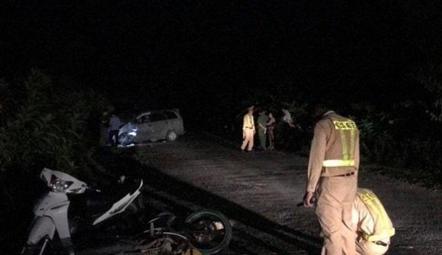 Ô tô đâm 4 xe máy chạy ngược chiều, 9 người bị thương - 2