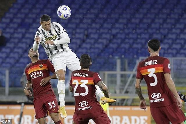 C.Ronaldo lập cú đúp, Juventus thoát thua trong thế thiếu người - 4