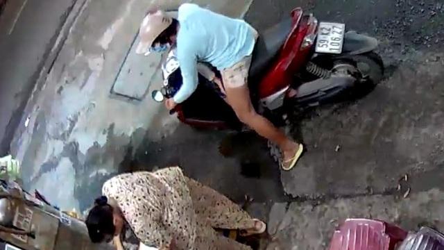 Phẫn nộ nghi án mẹ xúi con trai trộm túi tiền của bà bán cà phê - 2