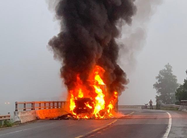 Xe container bốc cháy dữ dội trên quốc lộ - 1