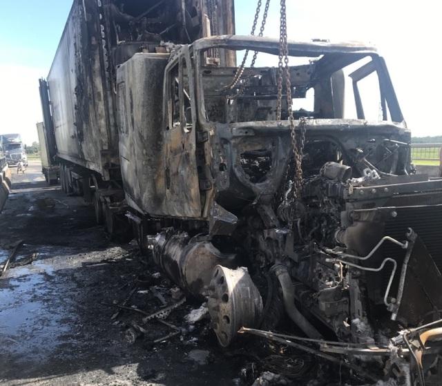 Xe container bốc cháy dữ dội trên quốc lộ - 2