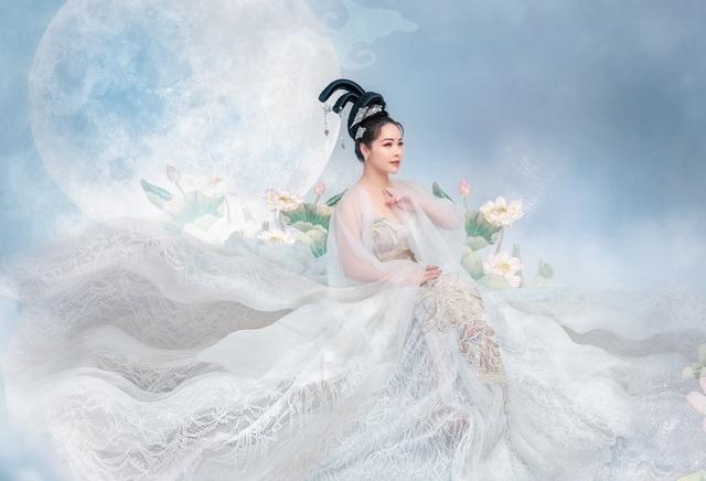 """Nhật Kim Anh """"hack"""" tuổi với trang phục chị Hằng - 4"""