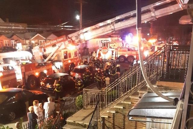 """Sửng sốt 1 triệu USD tiền mặt """"từ trên trời rơi xuống"""" trong vụ hỏa hoạn - 1"""