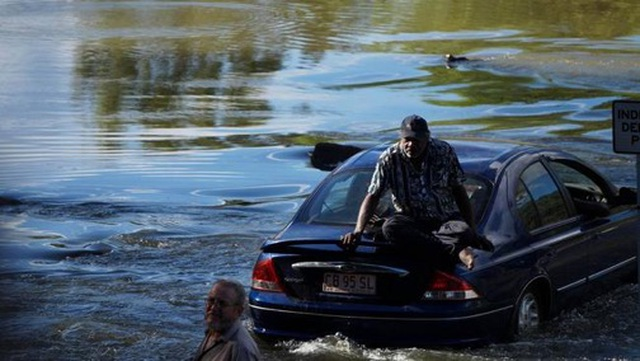 """Lái xe băng qua khúc sông """"tử thần"""", chẹt lên lưng cá sấu - 4"""