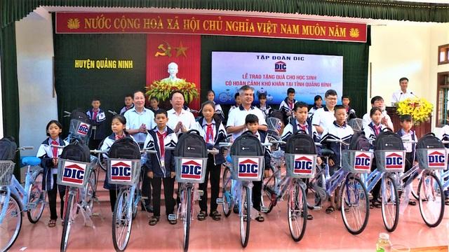 """Quảng Bình: Tặng 100 chiếc xe đạp """"nâng bước học sinh nghèo"""" đến trường - 1"""