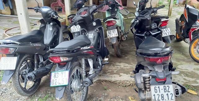 Phát hiện nhiều xe máy nghi bị trộm trong căn nhà hoang - 1