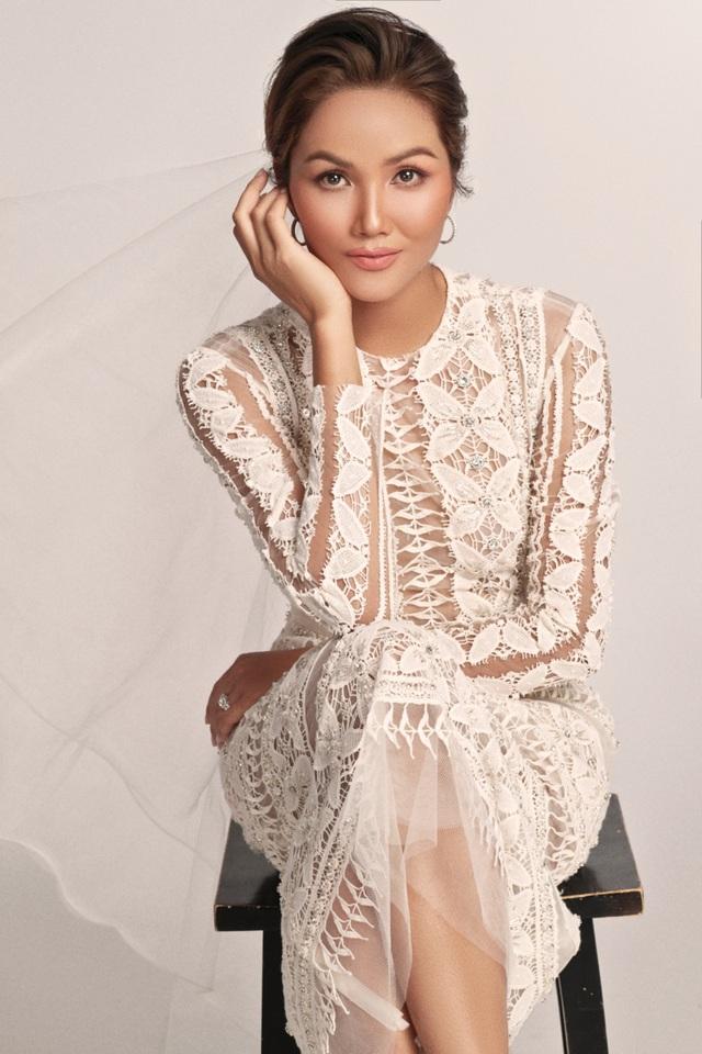 Hoa hậu HHen Niê dịu dàng, quyến rũ trong bộ váy cưới xuyên thấu - 1