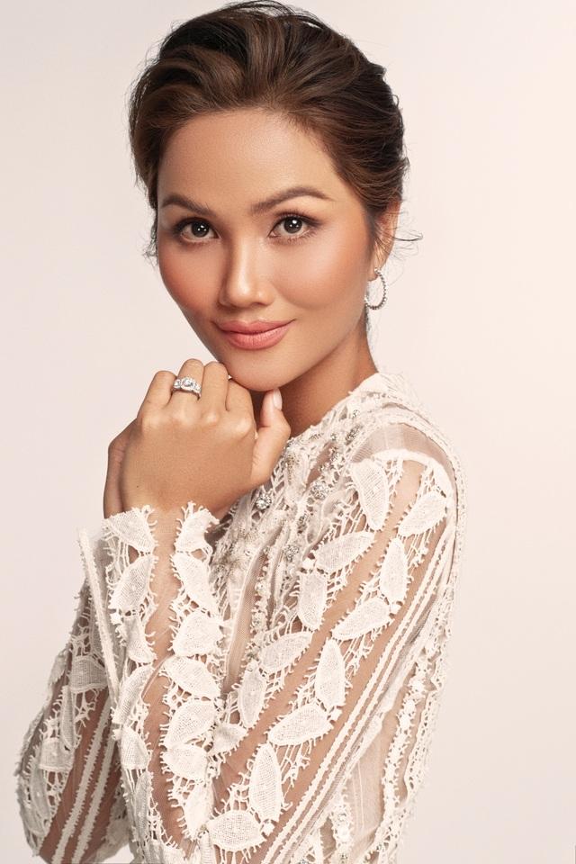 Hoa hậu HHen Niê dịu dàng, quyến rũ trong bộ váy cưới xuyên thấu - 5