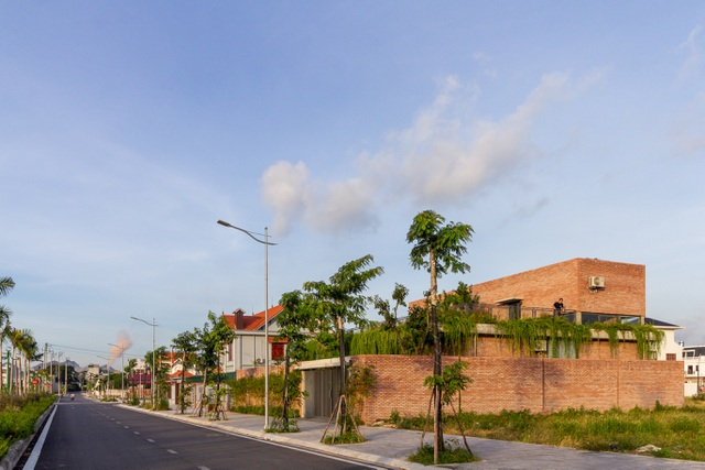 Chiêm ngưỡng ngôi nhà gạch độc đáo với hệ thống cây xanh bao phủ - 1