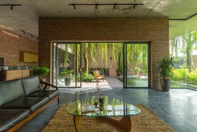 Chiêm ngưỡng ngôi nhà gạch độc đáo với hệ thống cây xanh bao phủ - 4