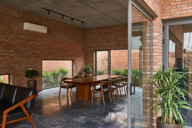 Chiêm ngưỡng ngôi nhà gạch độc đáo với hệ thống cây xanh bao phủ - 10