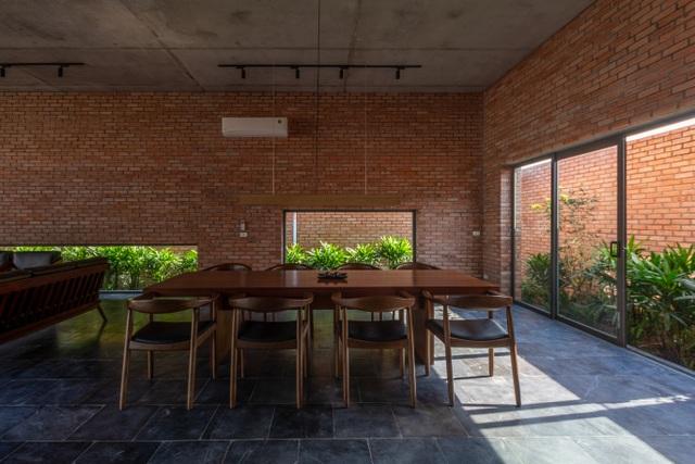 Chiêm ngưỡng ngôi nhà gạch độc đáo với hệ thống cây xanh bao phủ - 13