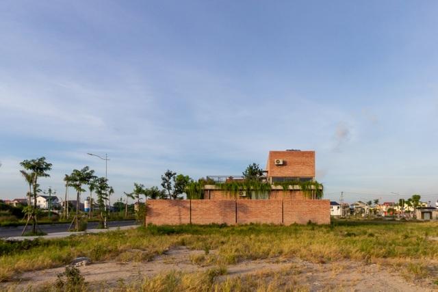 Chiêm ngưỡng ngôi nhà gạch độc đáo với hệ thống cây xanh bao phủ - 12