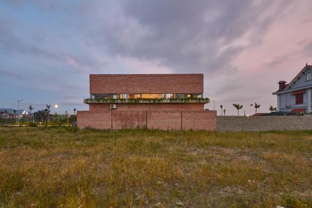 Chiêm ngưỡng ngôi nhà gạch độc đáo với hệ thống cây xanh bao phủ - 11