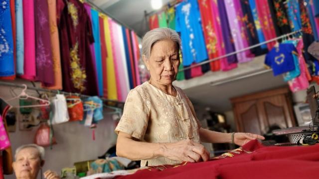Cụ bà 80 tuổi miệt mài với những chiếc áo dài truyền thống Hà Thành - 1