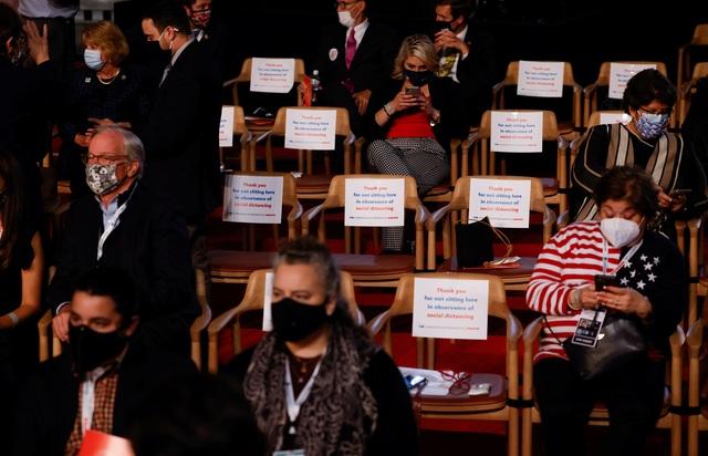 Sắc thái biểu cảm của Trump - Biden trong màn so găng đầu tiên - 2