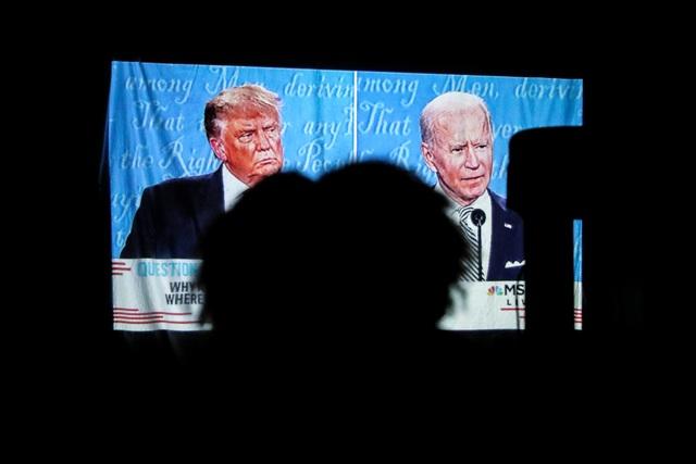 Sắc thái biểu cảm của Trump - Biden trong màn so găng đầu tiên - 16