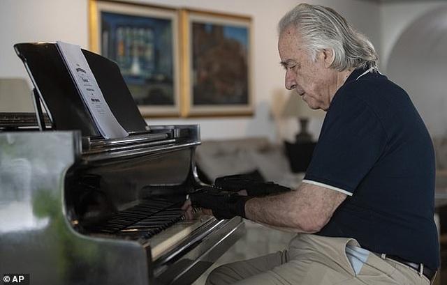 Nghệ sĩ piano rưng rưng hạnh phúc khi được dạo tay trên phím đàn sau 20 năm - 2