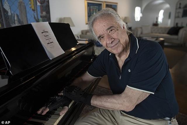 Nghệ sĩ piano rưng rưng hạnh phúc khi được dạo tay trên phím đàn sau 20 năm - 1